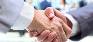 לחיצת ידיים של שני אנשים