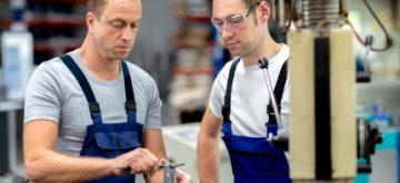 אנשים שעובדים כשרים במפעל וקיבלו הלוואה