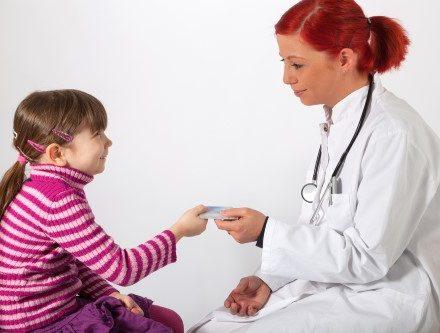 ילדה עוברת בדיקה רפואית