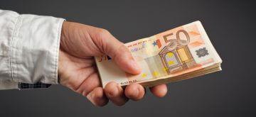 יד מעבירה חפיסת שטרות כסף