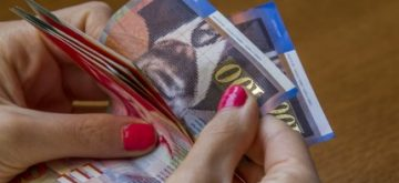 יד של אישה סופרת כסף שניתן לסגירת חוב