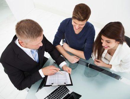 מנהלים יושבים לחתום על ביטוח קולקטיב