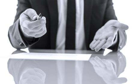 קבלן חותם על הסכם ביטוח
