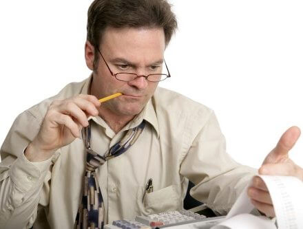 בעל עסק בוחן את האשראי העסקי שלו