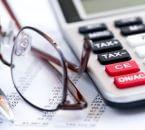 מחשבון ומשקפיים מונחים על פוליסת ביטוח של חברת הכשרה