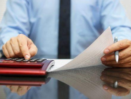 אדם ממלא בקשה להלוואה בערבות המדינה