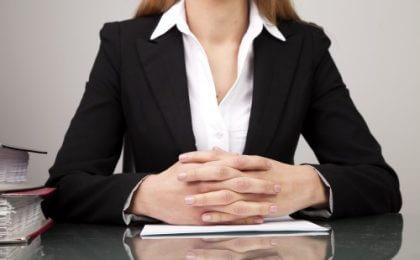 נציגת בנק נותנת הלוואה ללקוח