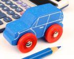 דגם של רכב קטן ומחשבון