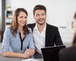 זוג יושב עם יועצת משכנתא בפגישה