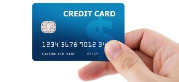 יד מחזיקה כרטיס אשראי