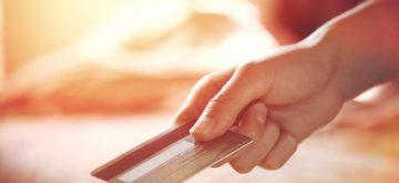 יד מחזיקה כרטיס אשראי ישרכרט