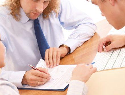 אדם חותם ערבות להלוואה