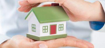 דגם של בית המוגן בין כפות הידיים
