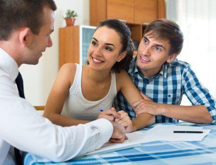 זוג צעיר מקבל ייעוץ משכנתא