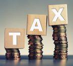 תמונה של כסף וקוביות שרשום עליהן מס