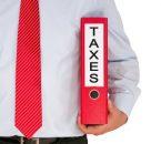 עצמאי מחזיק את קלסר המיסים שלו