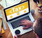 אדם בודק במחשב לכמה נקודות זיכוי במס הכנסה הוא זכאי