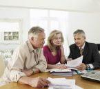 זוג בפנסיה מקבל הסבר על הקרן שלהם