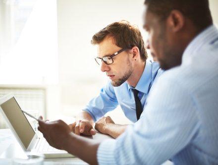 אדם יושב ליד מחשב ובודק באיזו דרך כדאי לו לחסוך
