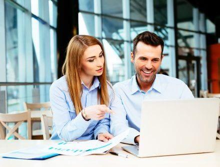 זוג בודק נתונים במערכת ביטוח נט