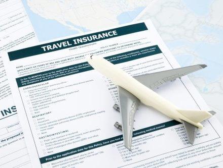 """פוליסת ביטוח נסעות לחו""""ל עם דגם של מטוס"""