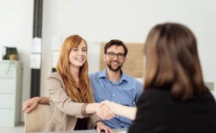 זוג מקבל ייעוץ למשכנתא בבנק