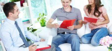 זוג מקבל ייעוץ למשכנתא