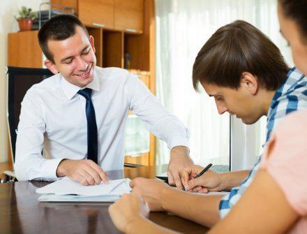 יועץ משכנתא מחתים אדם על הסכם