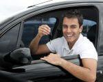 אדם נוסע ברכב שרכש בליסינג מימוני