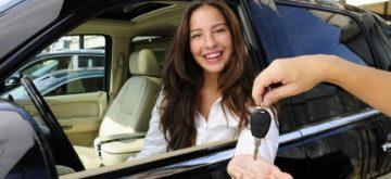 אישה נוהגת ברכב לקנתה בליסינג פרטי