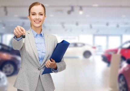 נציגה בסוכנות ליסינג מגישה ללקוח את המפתחות לרכב