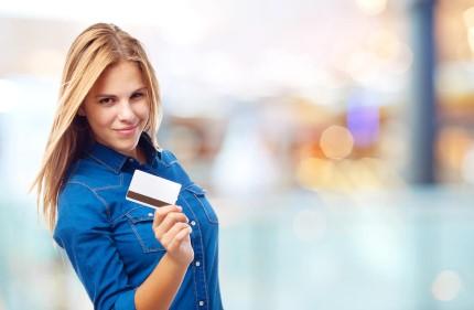אישה מחזיקה כרטיס אשראי ויזה