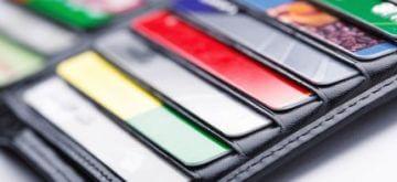 ארנק עם מספר סוגי כרטיסי אשראי