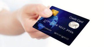 יד מחזיקה כרטיס אשראי כאל