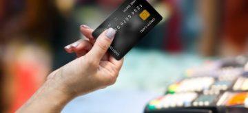 אישה מבצעת רכישה באמצעות כרטיס אשראי