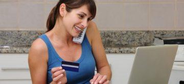 אישה משווה בין הצעות ביטוח בריאות פרטי