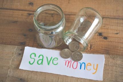 צנצנת עם שלט לחסוך בכסף