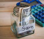 תמונה של צנצנת עם כסף מזומן לחיסכון