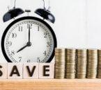 תמונה של שעון וכסף שנחסך והמילה חיסכון