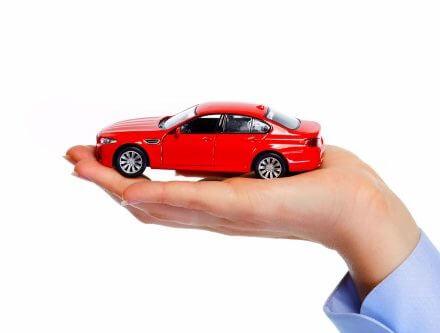 דגם של רכב מונח על כף יד