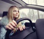 נהגת חדשה נוהגת ברכב
