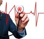 אדם מודד קצב לב