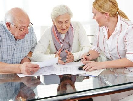 זוג מבוגר עם מטפלת סיעודית