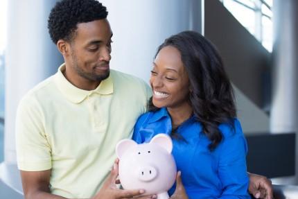 זוג מחזיק קופת חסכון