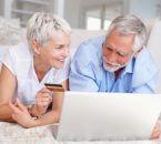 זוג בפנסיה מחפש יועץ פנסיוני באינטרנט