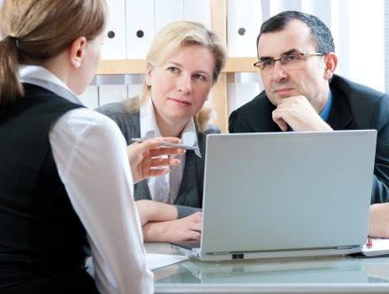 זוג מבצע בדיקת החזרי מס לשכירים