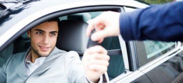 נער נהג צעיר מקבל מפתחות לרכב