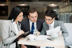 אנשי עסקים בפגישה לגיוס הלוואות לעסקים