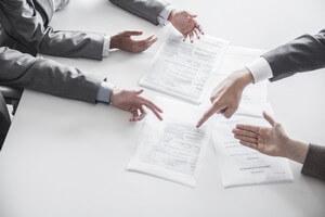 אדם חותם על הלוואה Peer to Peer
