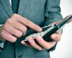 אדם מחשב את מס הקנייה שהוא צריך לשלם